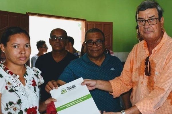 Eli Ribeiro entrega título de imóveis a moradores da Fonte do Lili