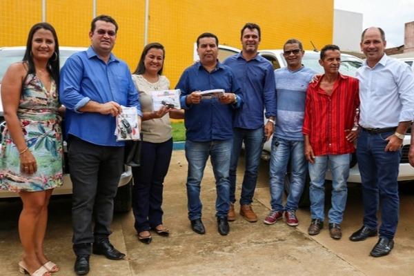 Ezequiel Junior entrega camionete e equipamentos em Machadinho d'Oeste (RO)