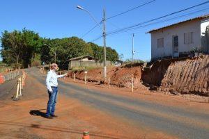 Fabiano Santos visita obras de revitalização em avenida de Araxá