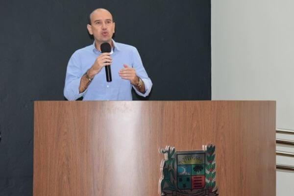Fabiano Santos pede padronização de uniformes da rede municipal de Araxá