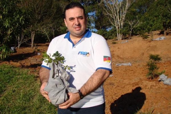 Vereador Fábio Ávila comemora mês do meio ambiente plantado árvores em Gravataí (RS)