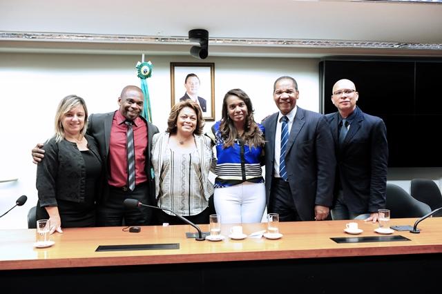 Tia Eron será agraciada com o Troféu Raça Negra 2015 na categoria personalidade política
