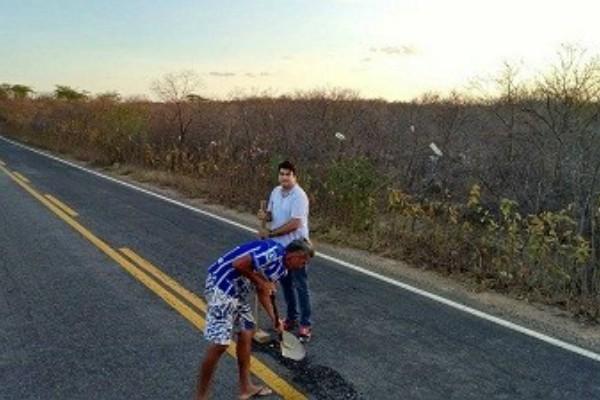 Ferreira Junior tapa-buracos de rodovia em PE