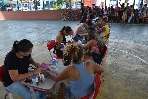 Na quadra do bairro, a comunidade teve acesso a vários serviços públicos