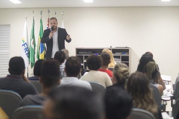 Piracicaba recebe pela primeira vez Curso de Política da FRB