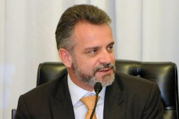 Projeto de Gilberto Abramo proíbe continuar a abastecer veículo após trava em MG