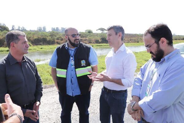 Gilson Santos vistoria obras em São José dos Pinhais (PR)