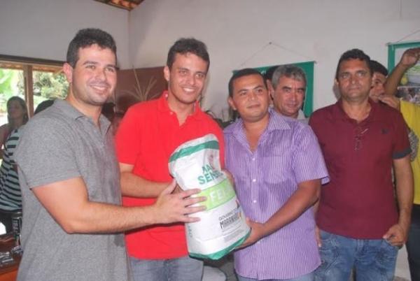 Glalbert Cutrim participa de entrega de sementes para agricultores de Ribamar