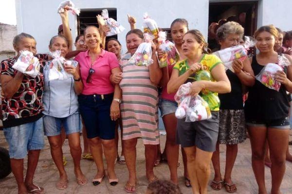 Vereadora Graça distribui presentes às mães de Sapé
