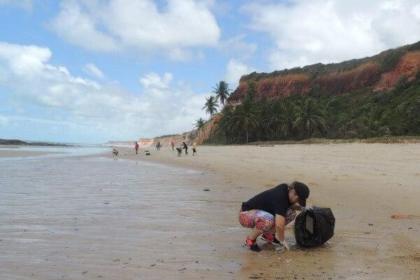 Jeannyne Beltrão participa de mutirão de limpeza em Jequiá da Praia