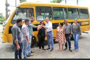 João Campos entrega ônibus escolar em Goianésia