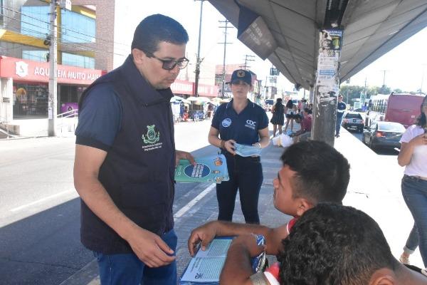 João Luiz distribui cartilhas para orientar consumidores de Manaus