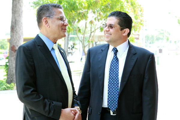 Ao lado do deputado estadual Carlos Alberto, o vereador João Luiz, momentos antes da homenagem na Aleam