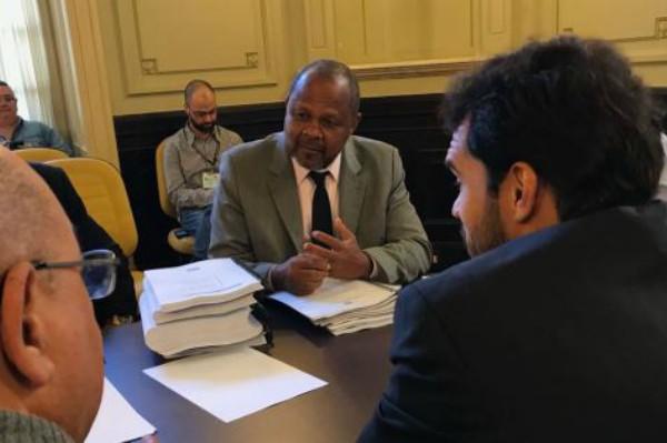 João Mendes de Jesus entrega relatório final da CPI do Previ-Rio
