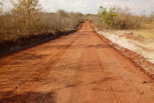 João Piquiá recupera estradas em Sítio Novo