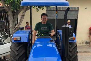 João Roma entrega trator ao município de Araci na Bahia
