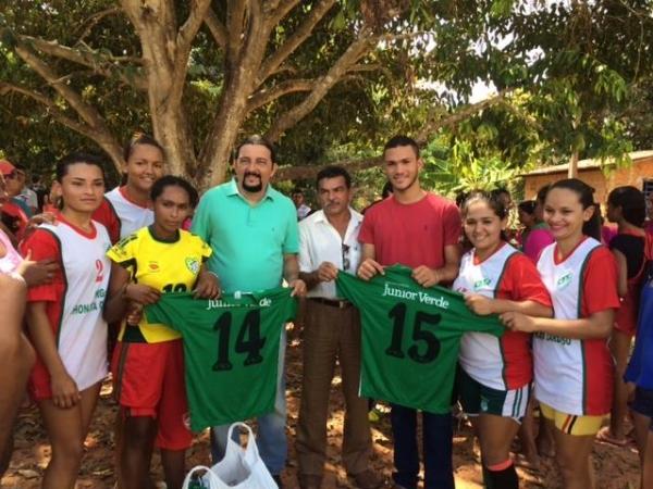 Júnior Verde prestigia torneio de futebol em São Francisco do Brejão e entrega equipamentos