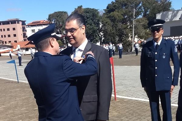 Lafayette de Andrada é agraciado com a medalha 'Mérito Santos-Dumont'