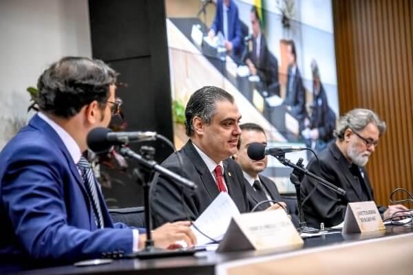 Marcos Pereira promove debate sobre mecanismos de defesa da democracia