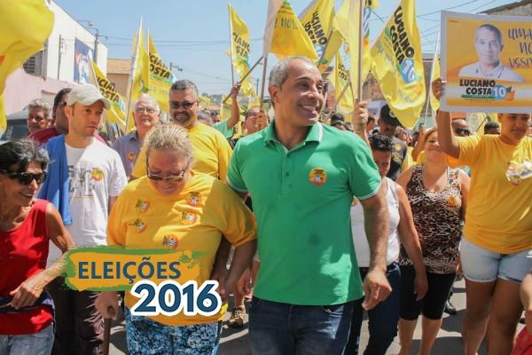 Em uma das caminhadas, Luciano Costa recebe o apoio do povo