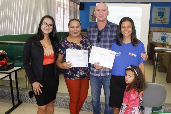 Francisqueto entrega certificados de cursos profissionalizantes