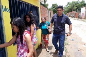 Manuel Marcos visita famílias afetadas por alagamento em bairro de Rio Branco (AC)