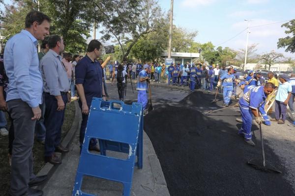 Crivella anuncia mutirão do asfalto para tapar 30 mil buracos em 250 ruas da Zona Oeste