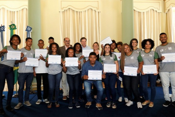 Crivella entrega certificados a aprendizes do programa Rio Jovem Trabalhador