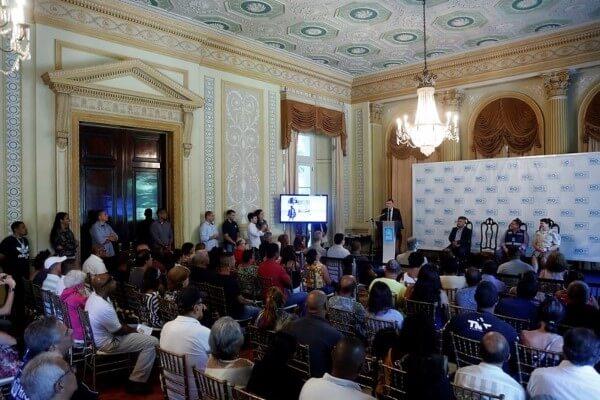 Crivella entrega mais 150 crachás do programa Ambulante Legal
