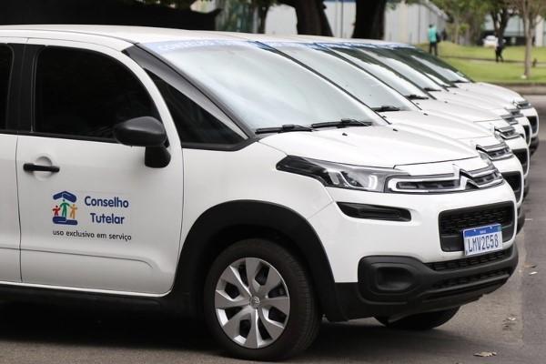 Crivella entrega seis carros para conselhos tutelares