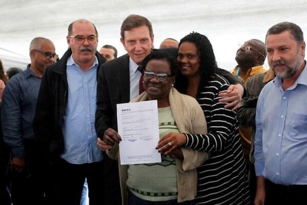 Crivella entrega RGIs a 146 famílias em Senador Camará