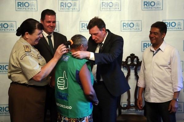 Crivella entrega crachás do Ambulante Legal a 150 vendedores