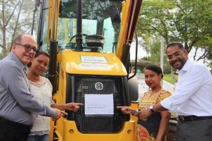 Márcio Marinho entrega trator e retroescavadeira a municípios da Bahia