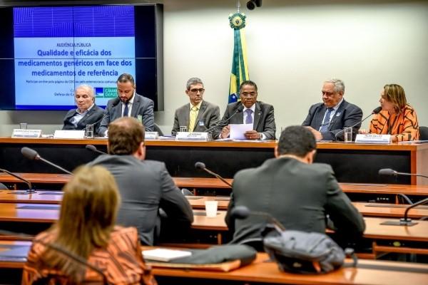 Marinho comanda debate sobre eficácia de medicamentos genéricos na CDC