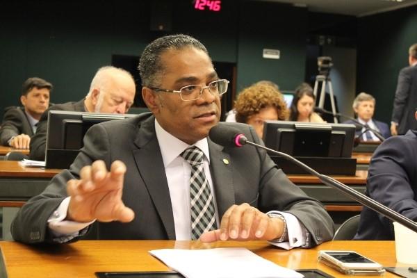 Marinho exige informações sobre derramamento de óleo nas praias do Nordeste