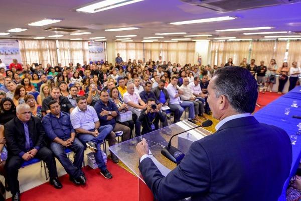 Prefeito Márcio Serrão recebe materiais didáticos do PAAP