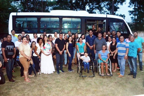 Prefeito Márcio Serrão entrega micro-ônibus e lancha para transporte de pacientes