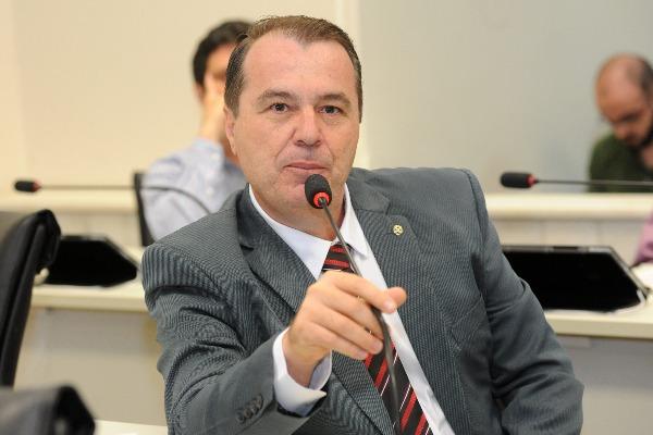 Projeto propõe regulamentar organização de fios em postes