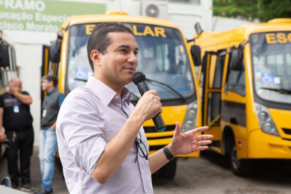 Marcos Pereira entrega ônibus escolares em Francisco Morato