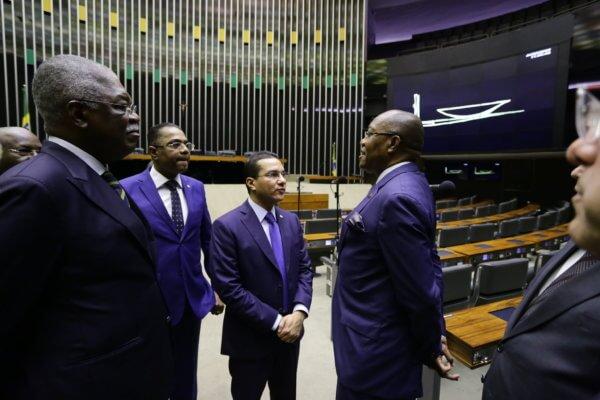 Ao receber ministro angolano, Marcos Pereira defende aprovação de acordo na área da defesa