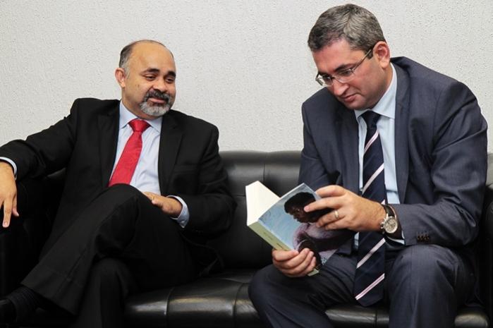 George Hilton e embaixador conversam sobre cooperação esportiva entre Brasil e Azerbaijão