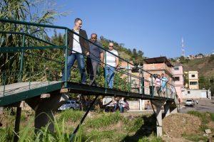 Moradores que construíram ponte em Barra Mansa recebem visita do prefeito Jorge Costa