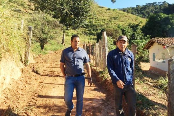 Nego Sampaio inicia programa de recuperação das estradas rurais em Poté