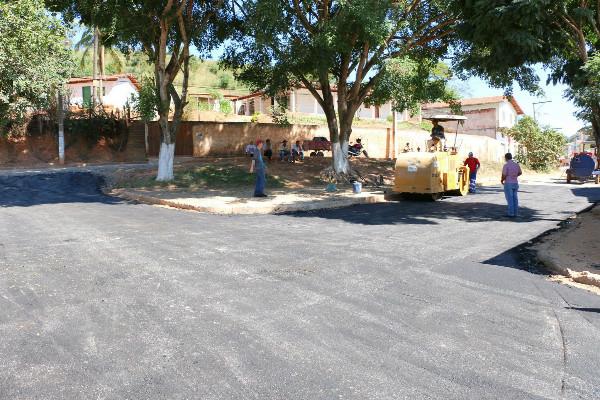 Prefeito Nego Sampaio reativa usina de asfalto e começa pavimentação em Poté (MG)