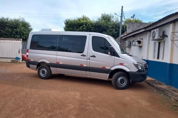 Nelsinho Moreira entrega van para transporte de pacientes