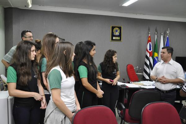 Nilton Santos recebe visita de estudantes na Câmara Municipal de Limeira (SP)