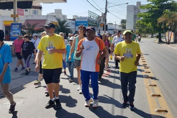 Nunes Coelho realiza caminhada para idosos em Taubaté
