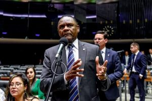 Ossesio Silva se posiciona contra caso de racismo com taxista