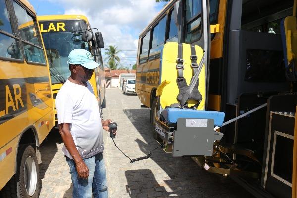 Paulo Falcão economiza e compra sete ônibus escolares com recursos municipais