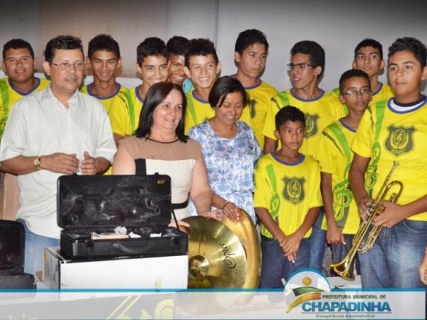 prefeita-belezinha-prb-ma-banda-marcial-carteiras-escolar-foto1-ascom-prefeitura-de-chapadinha-19-08-14